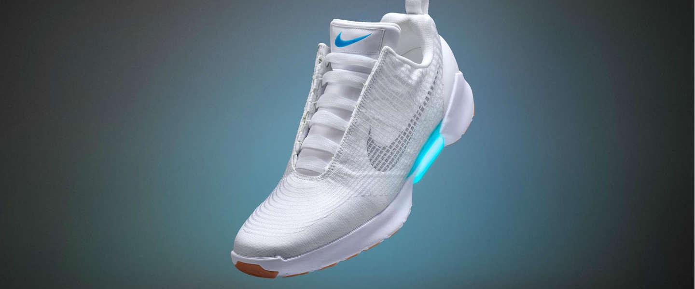 Deze nieuwe Nike schoen strikt automatisch je veters.