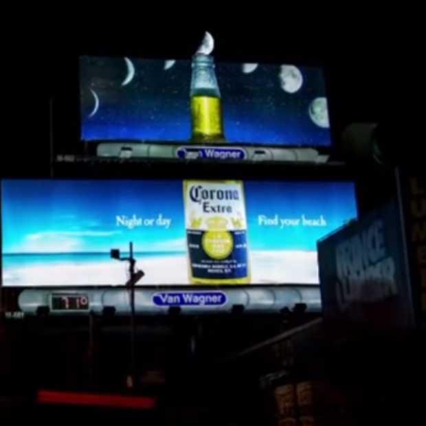 Corona Luna billboard vangt de maan op in Coronaflesje