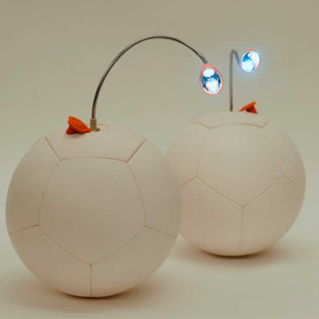 De SOCCKET: een voetbal die elektriciteit opwekt terwijl je ermee speelt