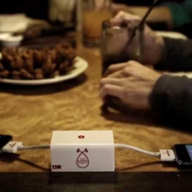 Donor Cable campaign promoot bloeddonatie: doneer je batterijleven aan een smartphone 'in nood'