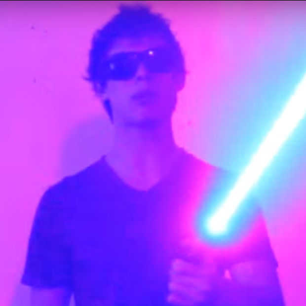 [VIDEO] Star Wars fan maakt zelf lightsaber