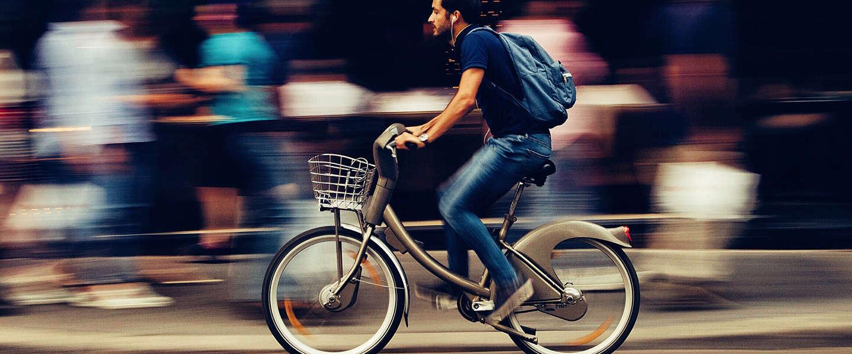 De voor- en nadelen van elektrisch fietsen op een rij
