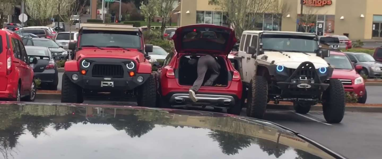 Video: Jeeps leren foutparkeerder een lesje
