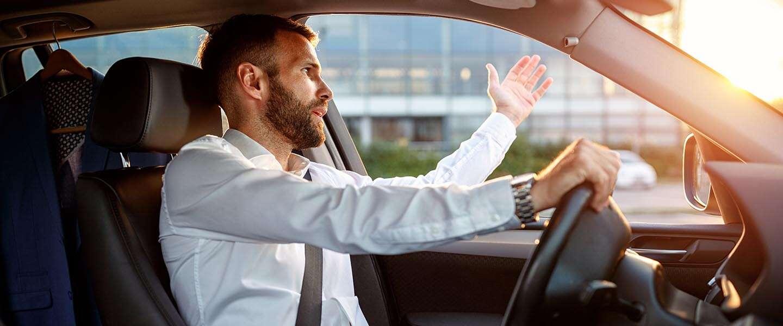 Wie is toch die trage dul voor je in zijn auto?