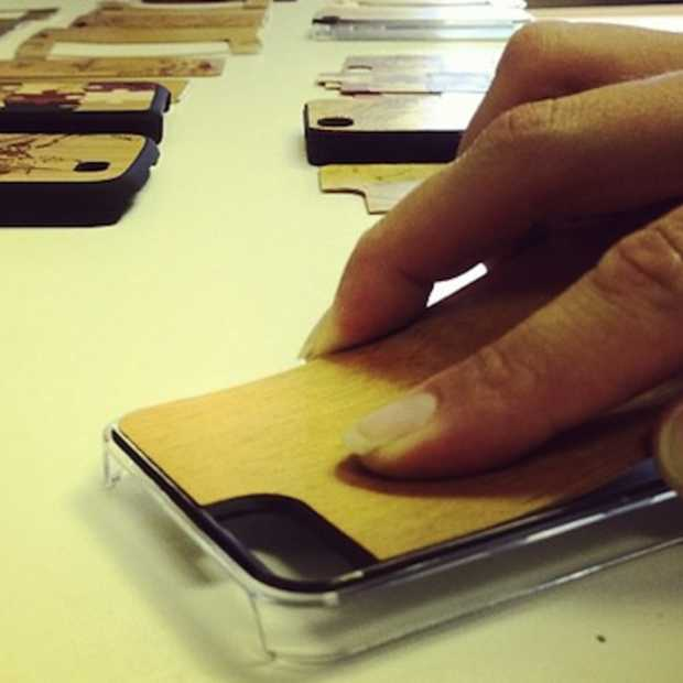 Carved maakt smartphone cases in hout