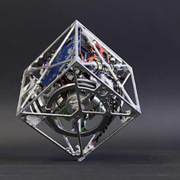 De Cubli kubus balanceert zichzelf zonder hulp van buitenaf