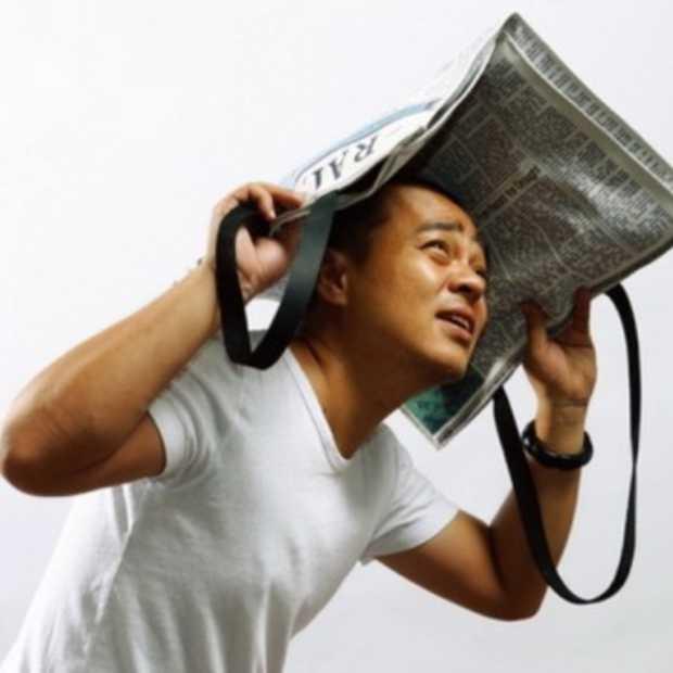 Raintimes: de krant als draagtas en paraplu